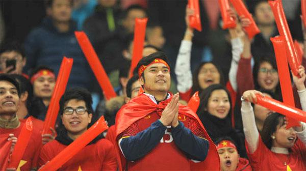 Người hâm mộ cổ vũ U23 Việt Nam tại giải. Ảnh: AFC.