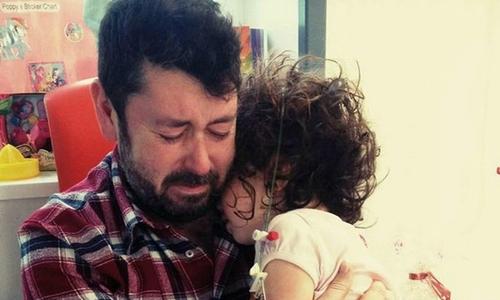 Bố đau đớn bật khóc ôm con gái 4 tuổi bị u não