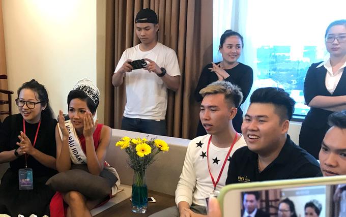Hoa hậu H\'hen Niê hồi hộp xem U23 Việt Nam đá luân lưu