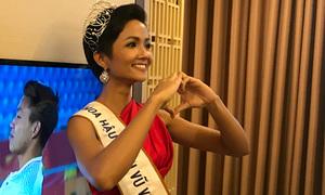 Hoa hậu H'hen Niê hồi hộp xem U23 Việt Nam đá luân lưu