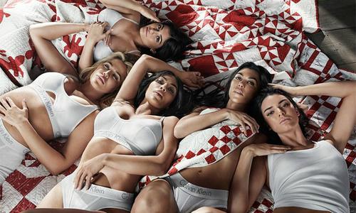 5 chị em gái Kim đồng loạt cởi đồ khoe đường cong