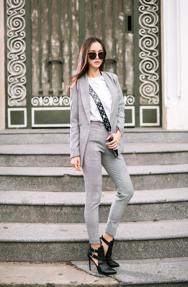 Suit hay các kiểu áo blazer là trang phục phù hợp với các bạn gái văn phòng yêu phong cách hiện đại. Phối cùng trang phục in họa tiết kẻ sọc là các kiểu áo thun, áo lụa hay sơ mi tông trắng đơn sắc, phụ kiện đi kèm là giày mũi nhọn, túi đeo chéo cùng tông đen.