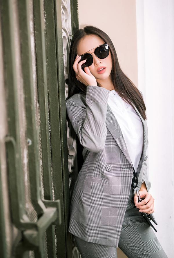 Chọn áo đơn sắc có tông màu thanh nhã để kết hợp cùng cây kẻ sọc ca rô là gợi ý của Vũ Ngọc Anh dành cho các bạn gái mê mặc đẹp.