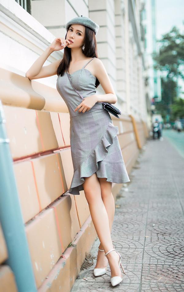 Váy hai dây cắp cúp ngực đẹp mắt để tôn vòng một, bên cạnh đó đường bèo nhún cũng được bố trí khéo léo để khiến bộ cánh trở nên nữ tính hơn.