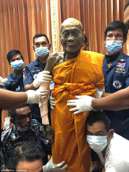 Xác của nhà sư Thái Lan dường như còn nguyên vẹn.