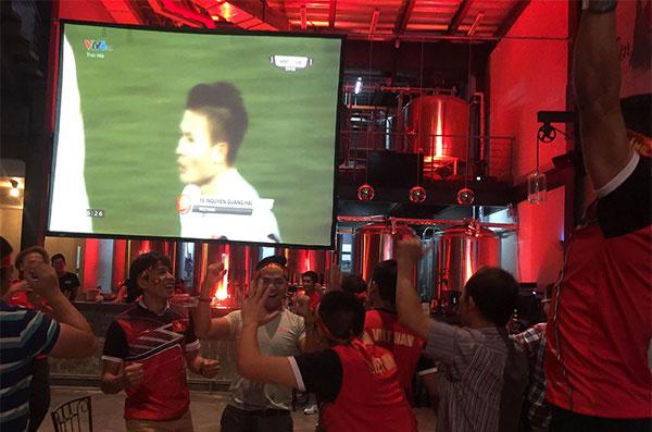 Fan Việt vui sướng sau bàn thắng của Quang Hải. Ảnh: Đức Đồng.