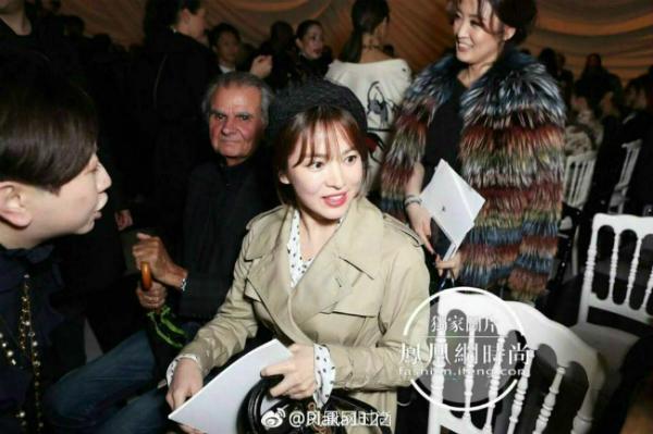 Người đẹp gặp gỡ cácký giả và đồng nghiệp Trung Quốc.