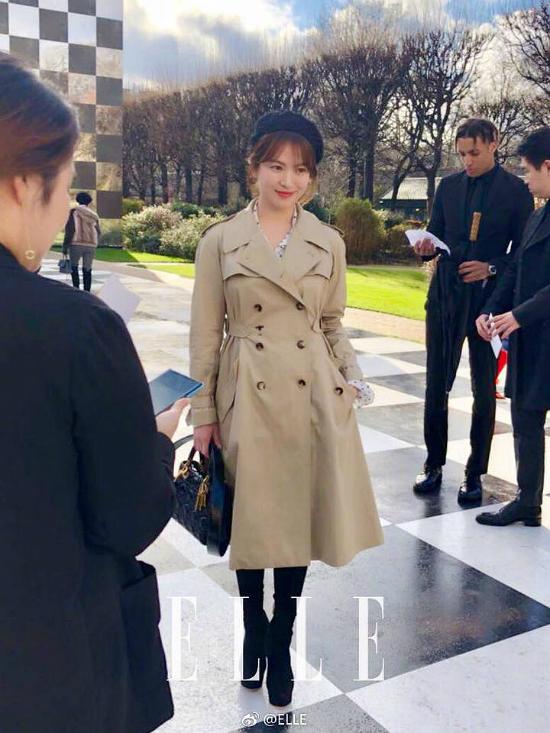 Song Hye Kyo là một trong những nghệ sĩ Hàn được mời tới dự show thời trang của Dior, sự kiện trong khuôn khổ Tuần lễ Thời trang Paris 2018. Trong bộ trang phục thanh lịch, kết hợp chiếc mũ nồi nữ tối màu, Song Hye Kyo trông thanh lịch và tươi trẻ.