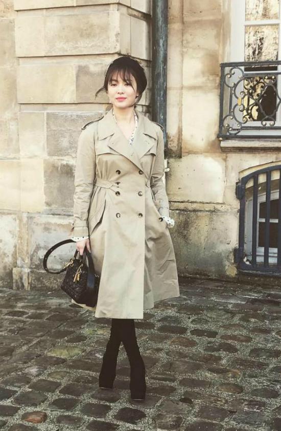 Song Hye Kyo duyên dáng trước ống kính báo chí quốc tế.