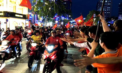 Người Sài Gòn đổ ra đường mừng chiến thắng