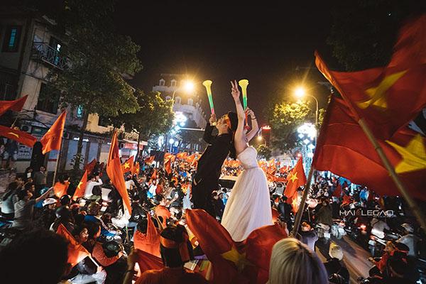 Cặp đôi Hà Nội chụp ảnh cưới mừng U23 Việt Nam chiến thắng - 1