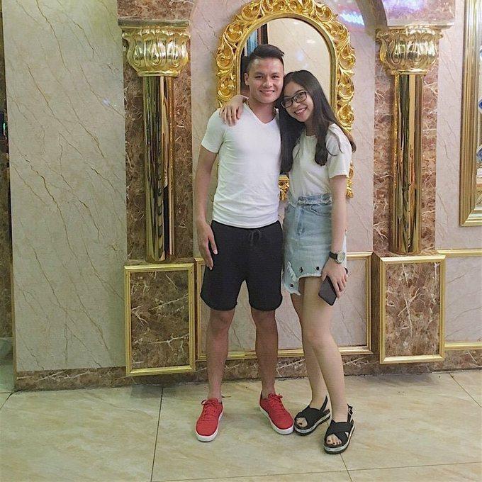Người hùng Quang Hải chăm diện đồ đôi với bạn gái