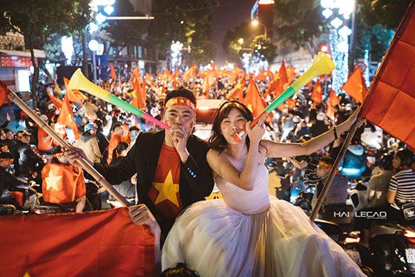Cặp đôi Hà Nội chụp ảnh cưới mừng U23 Việt Nam chiến thắng - 2
