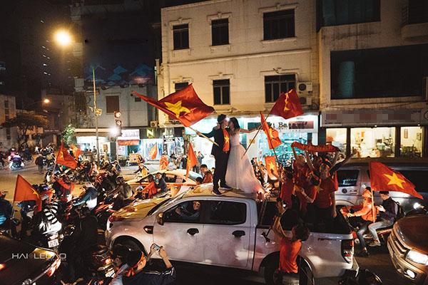 Cặp đôi Hà Nội chụp ảnh cưới mừng U23 Việt Nam chiến thắng