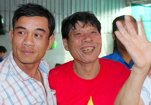 Ông Bùi Như Quang (áo đỏ), bố trung vệ Bùi Tiến Dũng. Ảnh: Hùng Lê