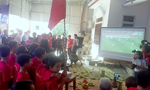Không khí xem bóng đá tại nhà trung vệ Bùi Tiến Dũng ở Hà Tĩnh chiều 23/1. Ảnh: Hùng Lê