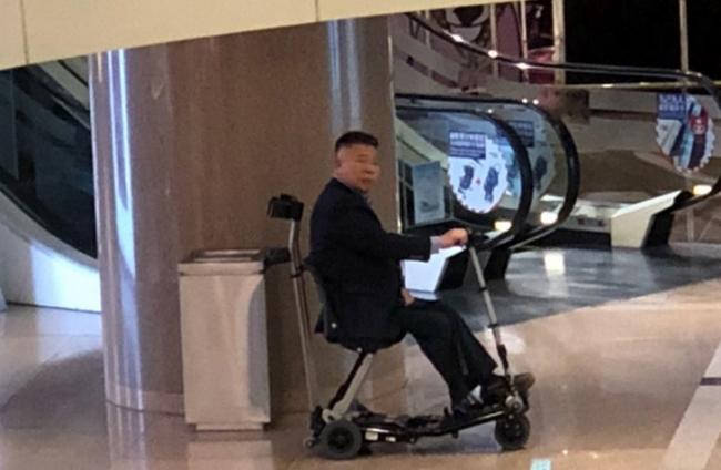 Chồng Lê Tư ngồi xe lăn đưa vợ đến trung tâm mua sắm - 1