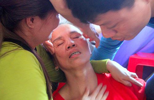 Bà Hường (mẹ trung vệ Tiến Dũng) ngất xỉu khi U23 Việt Nam gỡ hòa. Ảnh: Hùng Lê