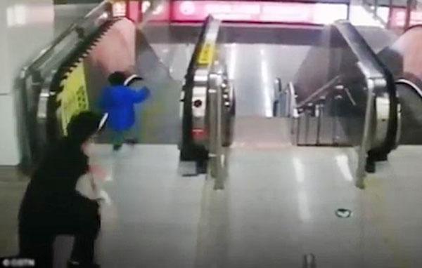 Tuy bị ngã nhưng nữ nhân viên vấn đứng dậy tiếp để cứu lấy em bé.