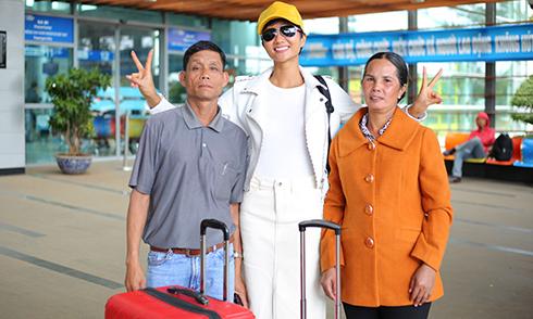Bố mẹ cùng Hoa hậu H'Hen Niê vào Sài Gòn