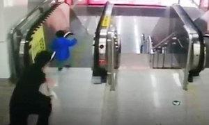 Bé 2 tuổi vấp ngã trên thang cuốn được nhân viên nhà ga cứu kịp thời