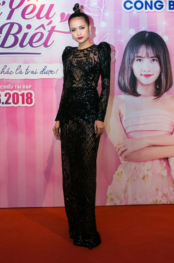 Người mẫu Ngọc Châu gây chú ý khi mặc váy xuyên thấu đi sự kiện.