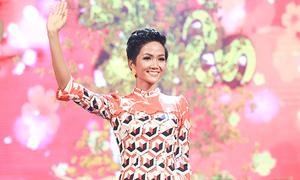 H'Hen Niê đi diễn sau khi trở lại Sài Gòn