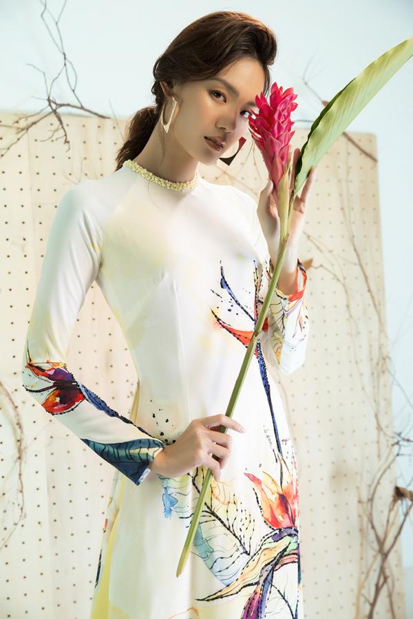 Không dừng lại ở việc phối hợp màu sắc, những thiết kế còn gây ấn tượng bởi kiểu dáng và họa tiết. Dù kiểu dáng mang tính truyền thống, nhưng với phần cổ được linh hoạt với cổ đứng, cổ tròn.