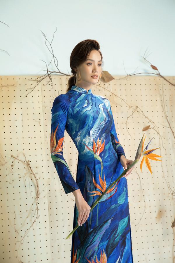 Trong bộ sưu tập dành cho xuân Mậu Tuất, nữ thiết kế đã chọn hoa thiên điểu để tô điểm cho các mẫu áo dài truyền thống.