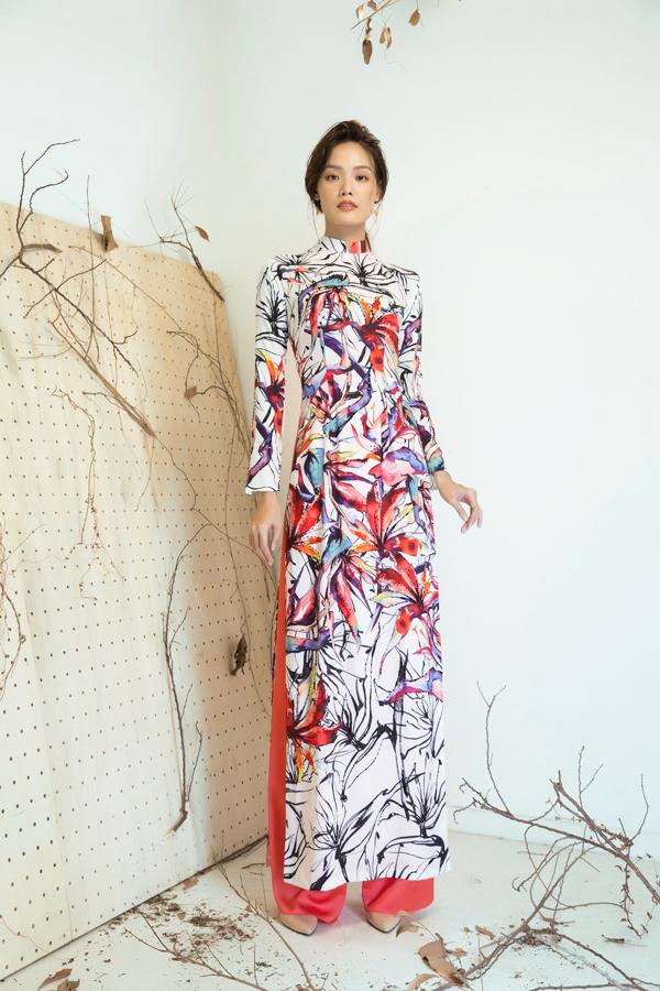 Điểm ấn tượng ở bộ sưu tập này là mỗi mẫu áo đều tựa một bức tranh rực rỡ sắc màu và ở đó hình ảnh hoa thiên điểu được phác hoạ một cách bay bổng và sống động.