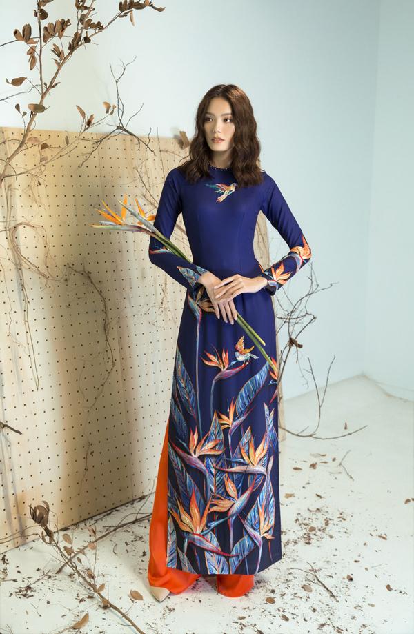 Giữ nguyên đường nét của tà áo truyền thống nhưng chính cách tìm tòi và thể hiện hoa văn độc đáo đã giúp áo dài của Liên Hương có sức hấp dẫn riêng.
