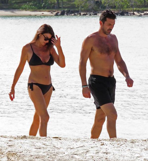 Nhà vô địch World Cup 2006 khoe thân hình săn chắc khi đi dạo trên bãi biển với bạn gái Ilaria DAmico.