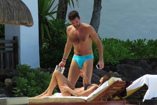 Cả hai dường như nghỉ ở bãi biển riêng tư nên Buffon có lúc chỉ mặc quần lót.