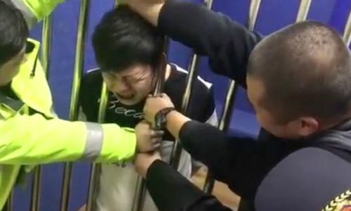 Thanh niên say rượu bị kẹt đầu vào song sắt, miệng vẫn kêu vô tội