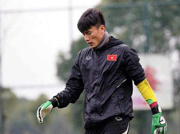 Cầu thủ cao 181cm với gương mặt nam tính, cơ bụng 6 múi chiếm trọn cảm tình của fan nữ sau khi xuất sắc cản phá ba quả penalty trong hai trận tứ kết và bán kết U23 châu Á vừa qua.