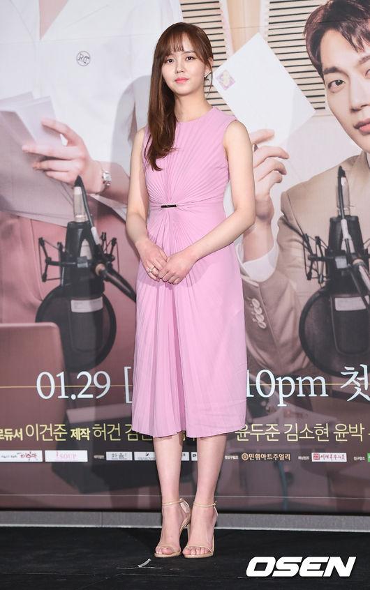 Ở tuổi 18, Kim So Hyun xinh đẹp, cao ráo, tuy nhiêngương mặt cô không nhiều thay đổi so với thủa làm sao nhí.