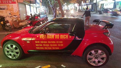 Nhiều tài xế không tiếc tiền và thời gian đã dán decal với những slogan khí thế hừng hực lên xe, với hy vọng nhuộm đỏ đường phố, cổ vũ tinh thần cho đêm chung kết.