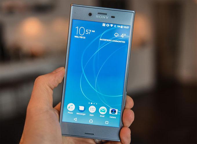 2. Sony Xperia XZs. Sản phẩm vẫn sở hữu ngôn ngữ thiết kế của smartphone Sony với các cạnh vuông vức nam tính.Điểm nhấn của Xperia XZs nằm ở cụm camera Motion Eye với khả năng quay video siêu chậm. Về cấu hình, máy của Sony được cài sẵn Android 7.0 trên nền tảng chip Snapdragon 820 4 nhân 64-bit. RAM 4GB, bộ nhớ trong 64GB, pin 2.900 mAh.