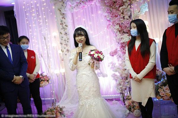 Yang xúc động trong đám cưới của mình.