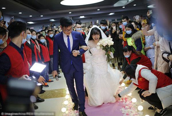 Đám cưới được nhân viên bệnh viện và tình nguyện viên tổ chức.