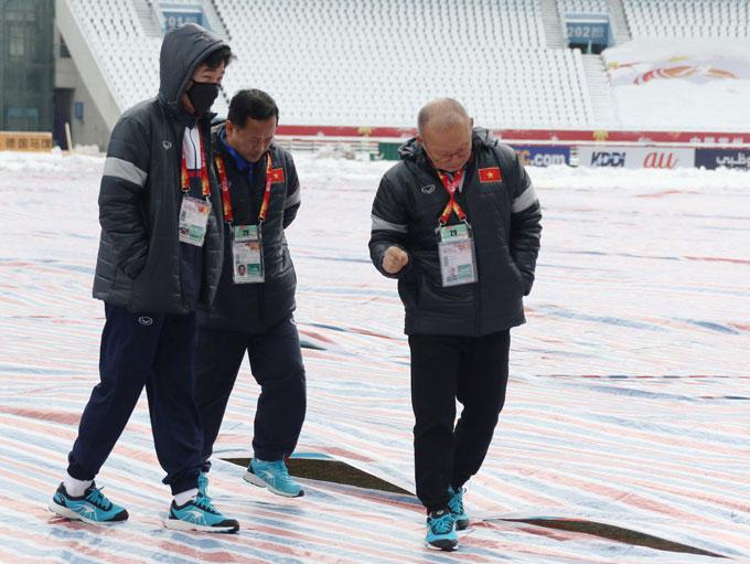 Thầy Park và đội trưởng Xuân Trường đi thị sát sân chính.