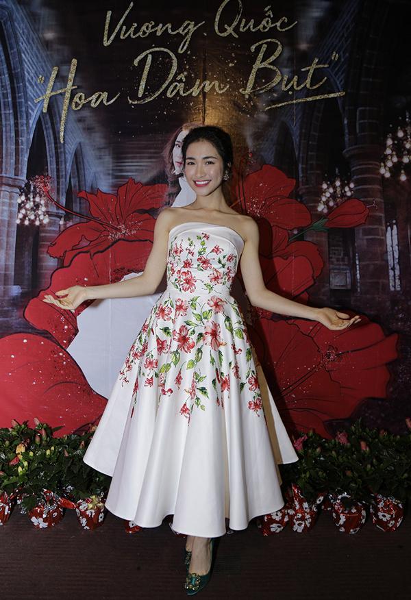 Hòa Minzy khoe vai trần gợi cảm trong bộ váy họa tiết hoa dâm bụt. Cô được xem là chị cả trong Gia đình hoa dâm bụt với hai thành viên còn lại là Đức Phúc và Erik.