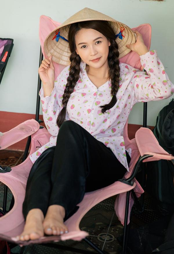 Từ một hot girl, Sam thử sức thành công với lĩnh vực điện ảnh. Cô trở thành gương mặt quen thuộc trong nhiều phim truyền hình. Vai diễn mới của Sam là nhân vật cô gái quê tên Út Đượm trong Cô Thắm về làng 3.
