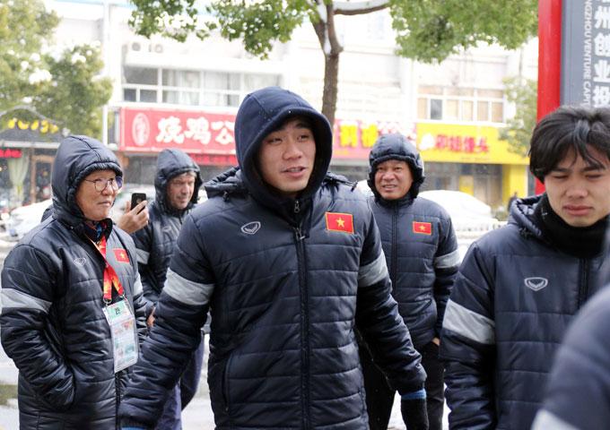 Thầy trò HLV Park Hang Seo mặc áo phao, đội mũ kín mít vì trời lạnh.