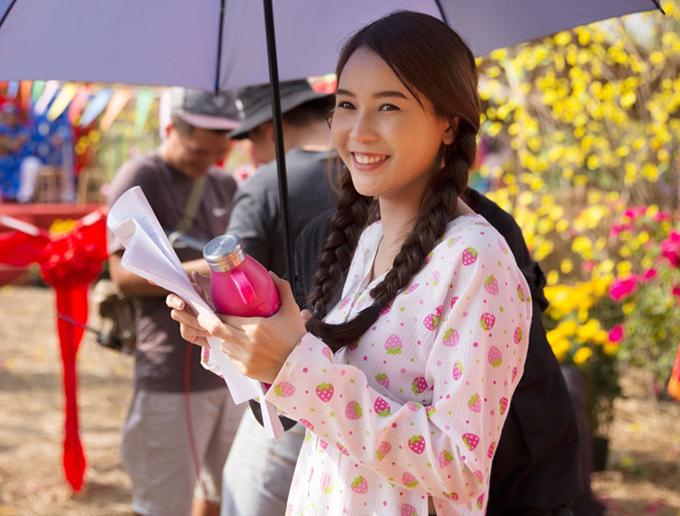 Trên phim trường nữ diễn viên trông giản dị, mộc mạc khác hẳn hình ảnh lộng lẫy, gợi cảm khi tham dự các sự kiện của làng giải trí.