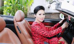 Hoa hậu Kristine Thảo Lâm lái xe mui trần đi dự tiệc