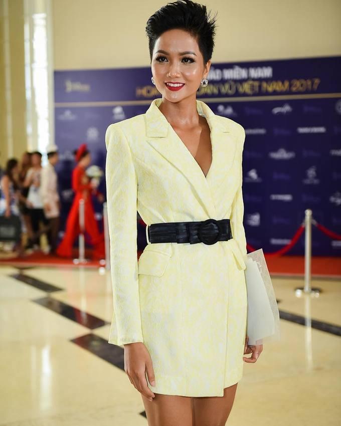 Đủ kiểu diện blazer dáng dài từ mỹ nhân Việt