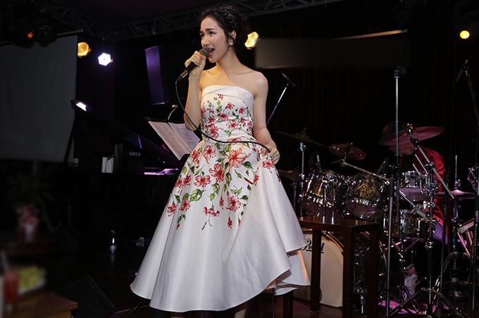 Sau khi thể hiện một số ca khúc trữ tình nổi tiếng, Hòa Minzy ngẫu hứng cover Anh cứ đi đi của Hari Won. Cô cho biết đây là lần cuối hát những ca khúc của người khác, trước khi chuyển sang thể hiện các sáng tác dành riêng cho mình.