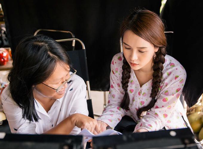 Nữ diễn viên nghiên cứu kịch bản kỹ lưỡng trước mỗi cảnh quay.
