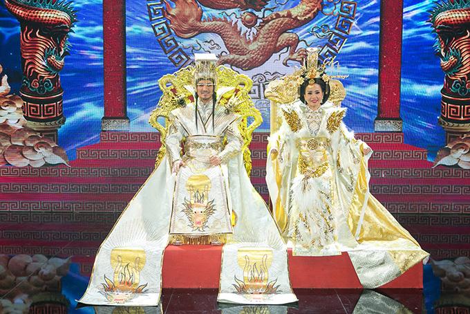 Hai ca sĩ mặc trang phục được thiết kế cầu kỳ, lộng lẫy.